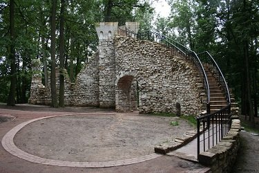 Башня-руина в парковой части Царицыно.