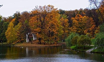 Арка-руина «Русалкины ворота» на острове Русалки, Верхний пруд в Царицыно.