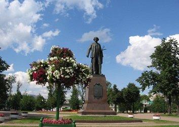 Памятник Репину на Болотной площади.