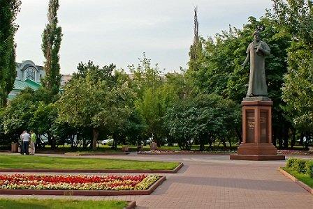 Сквер на Серпуховской площади, памятник Алишеру Навои