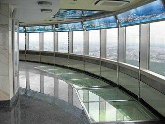 Закрытая смотровая площадка, стеклянные полы.