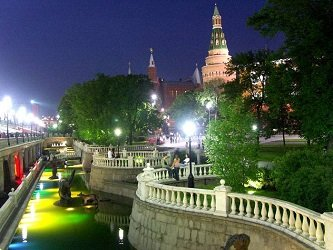 Подсветка фонтанов в Александровском саду.