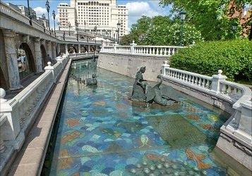 Фонтан река Неглинная в Александровском саду.