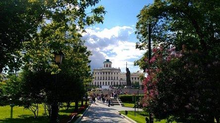 Вид из Нижнего сада на Памятник князю Владимиру Святославичу