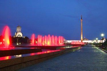 Аллея Годы войны - фонтаны с алой подсветкой в парке Победы.